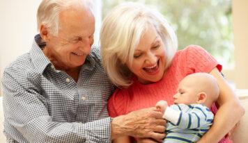 Ein Tag ohne Mami: So geht's dem Baby mit Grosi, Papi und Co. gut!